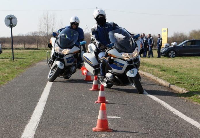 policija na motoru policajac