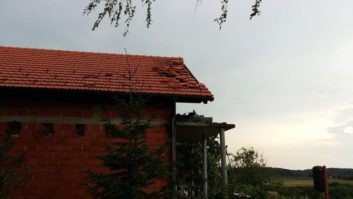 Ni krovovi kuća nisu ostali pošteđeni