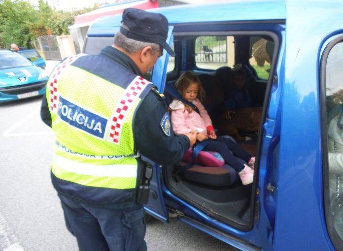 policija djeca u autu
