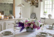 Blagovaonica sa cvjetnom dekoracijom