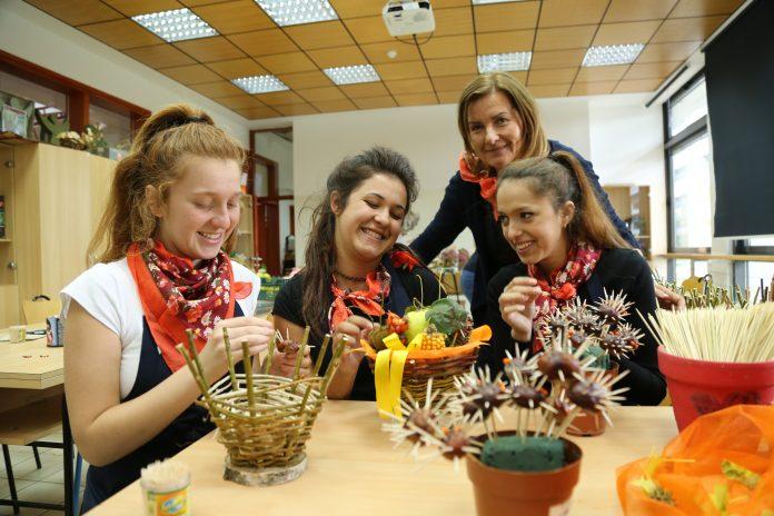Aranžeri Gospodarske škole s nastavnicom Ljiljanom Škrobar