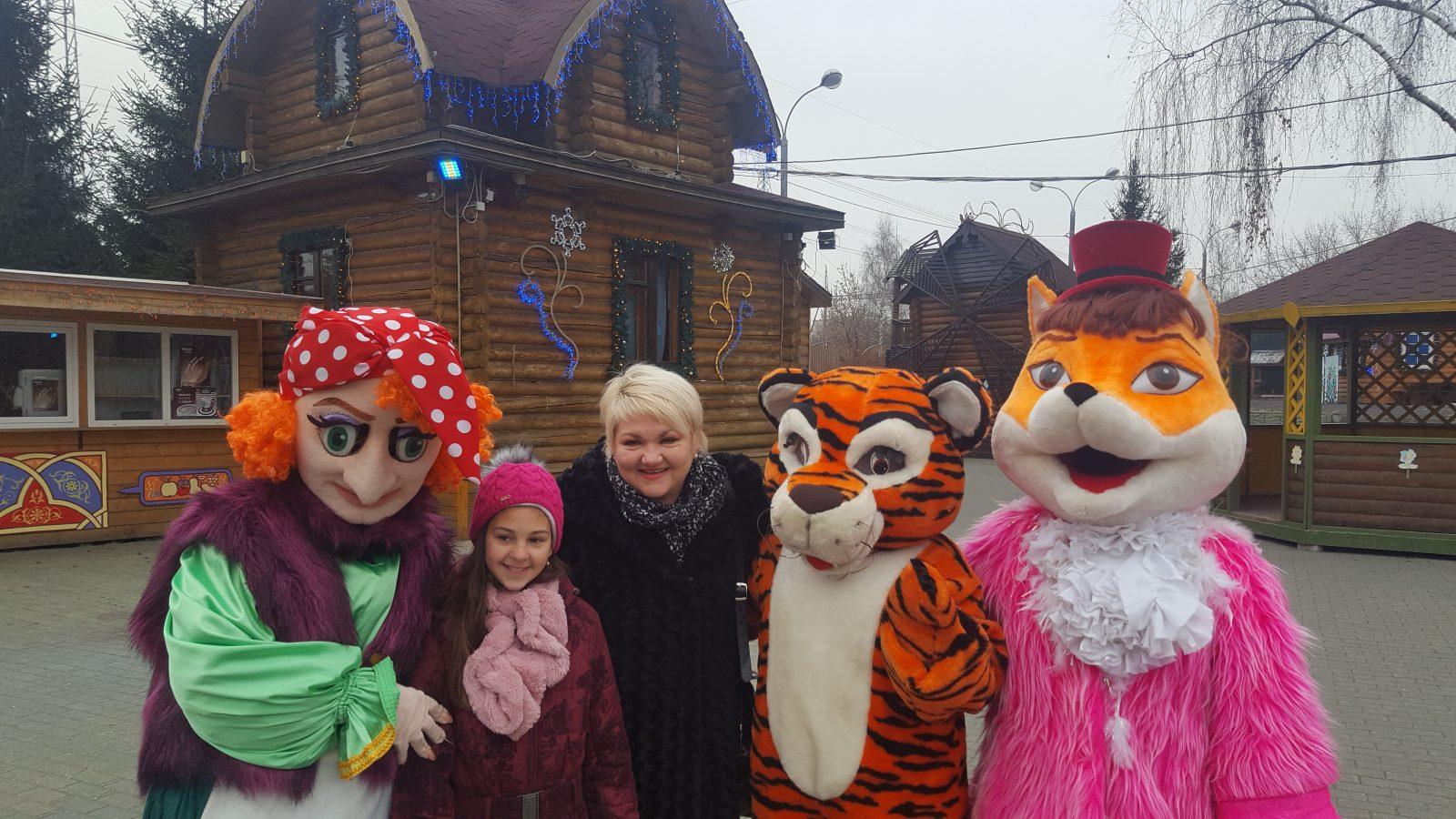 Laura i mentorica Tatjana Mikolaj na imanju Djeda Božićnjaka