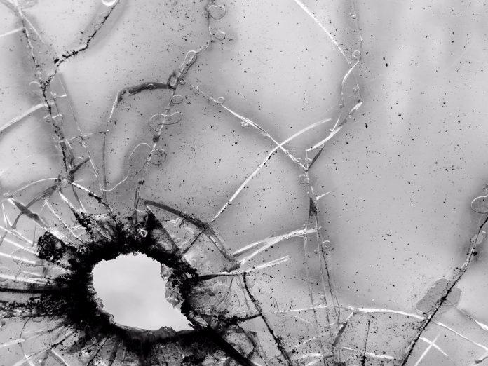 metak pucanj prozor staklo
