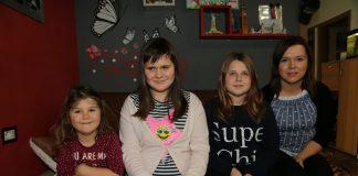 Lana Toplek u društvu svojih mlađih sestri Simone i Tiffany te mame Maje