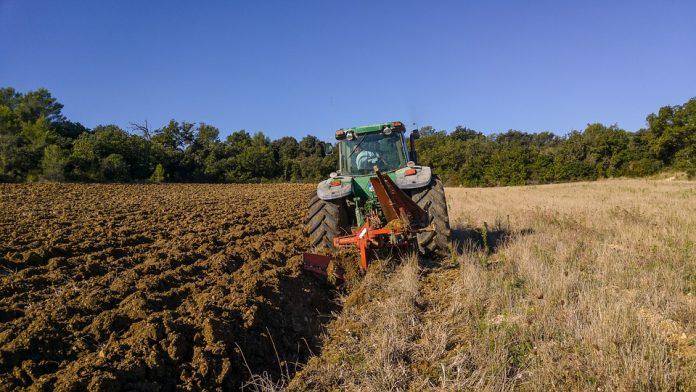 traktor polje njiva poljoprivreda