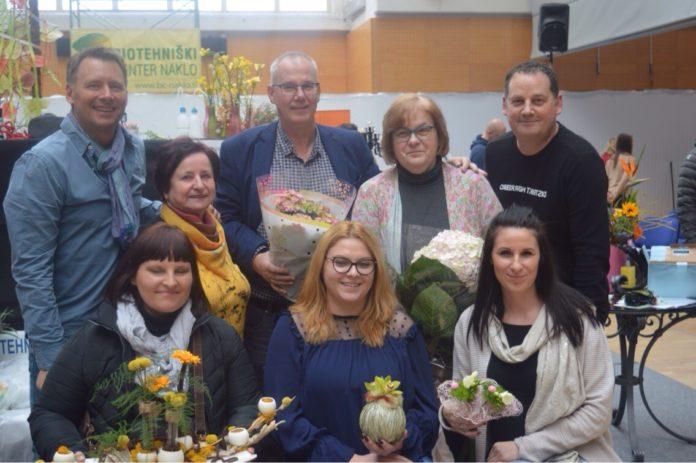 Učenica Monika Sobočan (u prvom redu u sredini) s međunarodnim žirijem