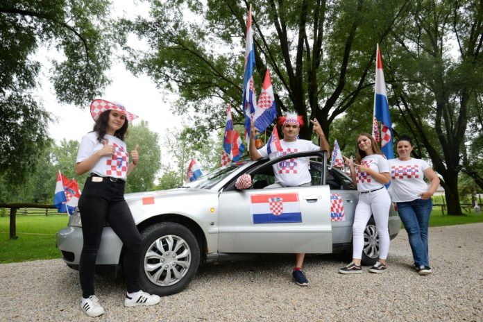 Martin Širok zastave na autu