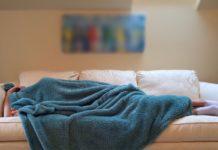 spavanje kauč ležanje deka