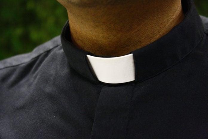 svećenik župnik crkva