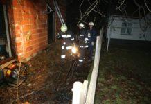 Vatrogasci u dvorištu obiteljske kuće gdje je izbio požar