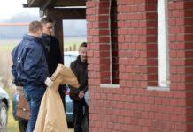 Odvjetnik Krešimir Golubić na fotografiji između Ivice Srneca i krim policajca prilikom pretrage u Palovcu Photo: Vjeran Žganec Rogulja/PIXSELL