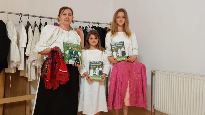 Marija Novak u društvu svojih unučica