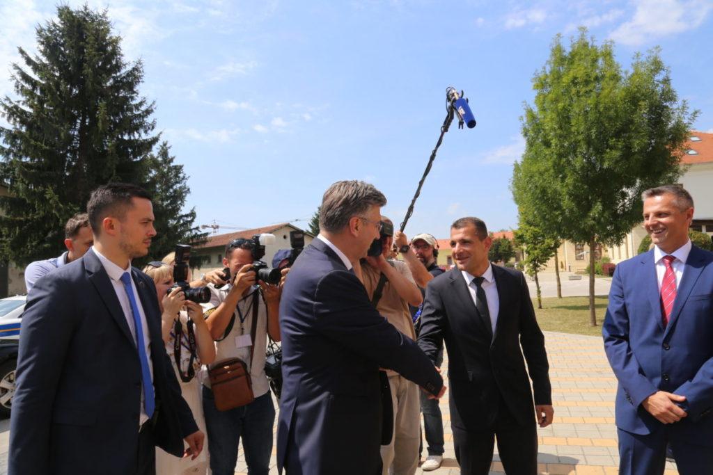 Osmijesi na prvom susretu župana Posavca i premijera Plenkovića