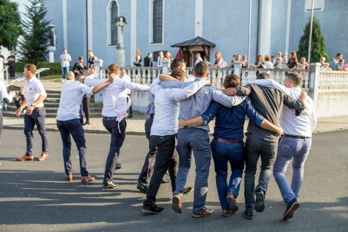 Plesanje pred crkvom