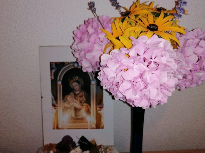 cvijeće i gospa