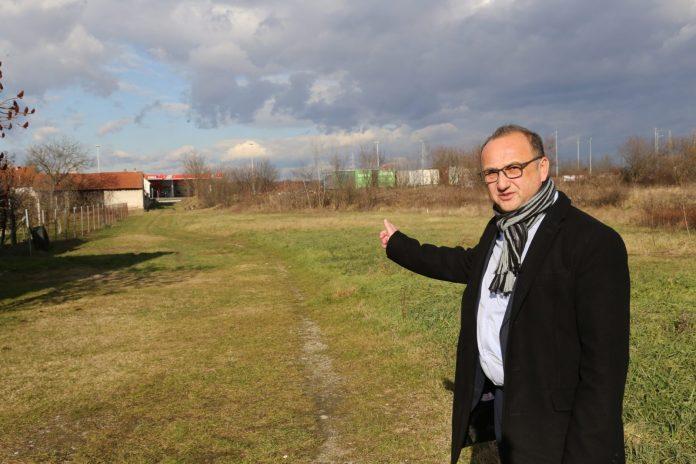Darko Dania pokazuje mjesto na kojem će se već ove godine graditi nova stambena zgrada