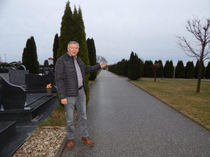 Martin Srša pokazao nam je na groblju u Svetom Martinu na Muri gdje će kroz nekoliko mjeseci niknuti novo krilo