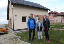 Željko, Luka i Karmela Hozjan ispred svoje montažne obiteljske kuće u Novom Selu Rok koja se na prvi pogled uopće ne razlikuje od klasičnih zidanih kuća