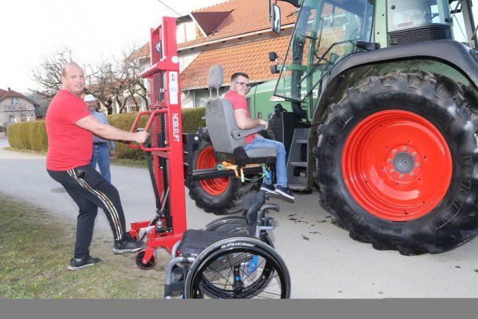 Tomas je osmislio način pomoću kojeg Daniel može samostalno malčirati na traktoru