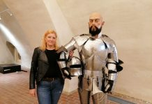 Ravnateljica MMČ Maša Hrustek Sobočan stoji uz bok lutki vojnika, koja će se moći razgledati u novom muzeju