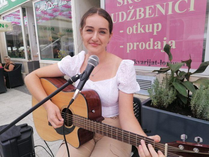 Bruna Hercigonja ulična sviračica