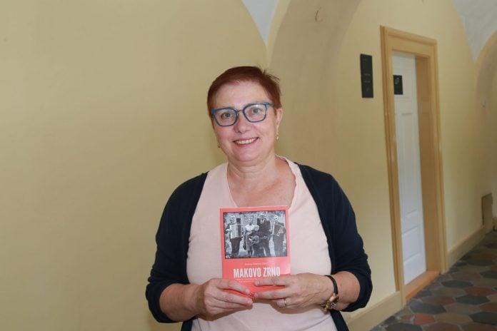 Božena Malekoci Oletić sa svojom prvom autorskom knjigom koju će predstaviti u Žabniku
