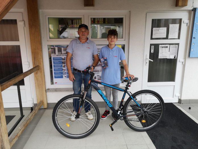 Ivan Klekar i učenik sa svojim novim biciklom